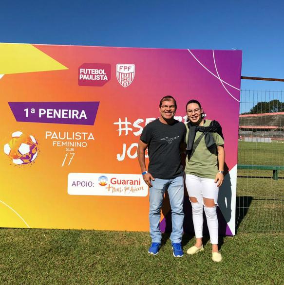 Joyce ao lado do pai Josinaldo na 1ª Peneira de Futebol Feminino, em 2019